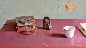 Les objets d'une prison ont placé sur un bureau Images libres de droits