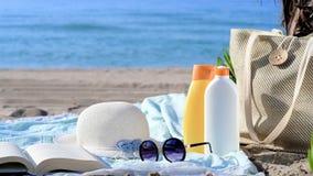 Les objets des femmes pour la plage dans le sable avec la mer à l'arrière-plan banque de vidéos