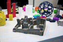 Les objets ont imprimé sur l'imprimante en métal 3d et l'imprimante qui imprime le plan rapproché en plastique Photo libre de droits