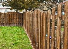Les oeufs cachés en lamelles de barrière en bois pour l'oeuf de pâques chassent dans l'arrière-cour du Mid-West Image stock