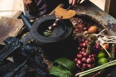 Les oeufs de citron d'exposition de main de nourriture de Lanna et les mains rustiques d'expert de cuisine de cuisine thaïlandais Image stock