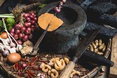 Les oeufs de citron d'exposition de main de nourriture de Lanna et les mains rustiques d'expert de cuisine de cuisine thaïlandais Photo stock