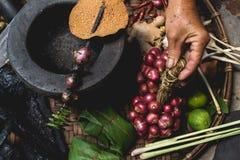 Les oeufs de citron d'exposition de main de nourriture de Lanna et les mains rustiques d'expert de cuisine de cuisine thaïlandais Photographie stock