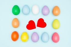 Les oeufs de pâques colorés autour des coeurs forment, des valentines Images stock