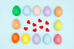 Les oeufs de pâques colorés autour des coeurs forment, des valentines Photo libre de droits