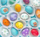 Les oeufs de pâques colorés ont placé, fond d'oeufs de pâques Images stock