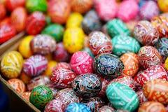 Les oeufs de pâques colorés se sont vendus dans les métiers traditionnels annuels loyalement à Vilnius Images stock