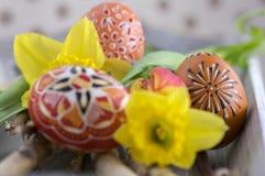 Les oeufs de pâques peints faits main faits maison sur le bouleau s'embranche sur le plateau en bois gris, traditionnel handcraft photo stock