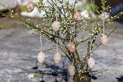 Les oeufs de pâques sur une cerise s'embranche Photo libre de droits