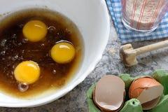 Les oeufs de préparation de pâtisserie de gâteau battent le dessus de table de farine photographie stock