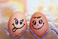 Les oeufs drôles de sourire de Pâques, aiment les couples heureux d'oeufs Images stock