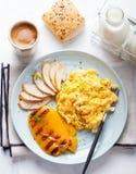 Les oeufs ont brouillé, omelette avec le poivron doux grillé de cloche et poulet smocked chaud, jambon dans un plat sur un fond b Photographie stock libre de droits