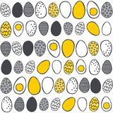 Les oeufs peints à la main dans les rangées jaunissent le modèle gris de Pâques sur le blanc Photographie stock libre de droits