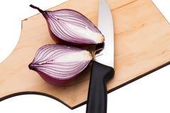 Les oignons ont coupé en morceaux sur un conseil Photos stock
