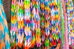 Les oiseaux colorés d'origami, art multi accrochant de papier de couleur ont conçu I image stock