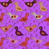 Les oiseaux couplent dans l'amour avec des plumes et des notes de forme de coeur Photographie stock