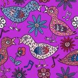 Les oiseaux couplent dans l'amour avec des plumes, des fleurs et des notes de forme de coeur Photos stock