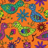 Les oiseaux couplent dans l'amour avec des plumes, des fleurs et des notes de forme de coeur Images stock