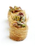 Les oiseaux délicieux nichent la baklava avec des pistaches, foyer au milieu Images stock