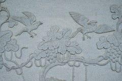 Les oiseaux ont découpé sur le mur en pierre dans le temple chinois Photographie stock