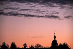 Les oiseaux volent dans le ciel de coucher du soleil du château de Wolfsbourg photo libre de droits
