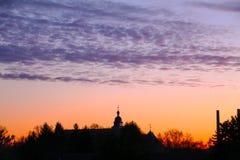 Les oiseaux volent dans le ciel de coucher du soleil du château de Wolfsbourg image libre de droits