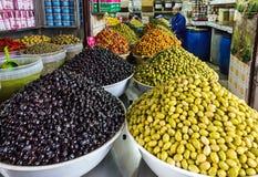 Les olives et l'huile enfoncent le marché, Maroc photo stock