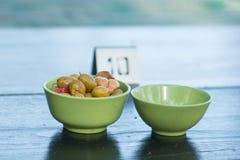 Les olives ont servi dans un plat photo stock