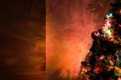 Les ombres d'arbre de Noël ont dispersé partout dans le mur Photographie stock libre de droits
