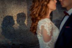 Les ombres de nouveaux mariés au colonne La vue brouillée des nouveaux mariés étreignants Image libre de droits