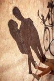 Les ombres sur l'allée en parc de beaux couples tenant n Photographie stock libre de droits