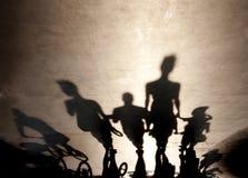 Les ombres troubles des personnes marchant l'été promenade Images libres de droits