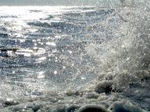 Les ondes d'océan Sunlit du rivage Photographie stock libre de droits