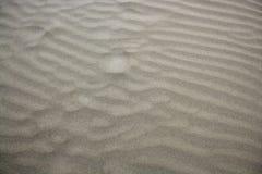 Les ondes de sable de plage réchauffent le fond de texture Photos libres de droits