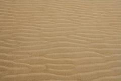 Les ondes de sable de plage réchauffent le fond de texture Photographie stock libre de droits