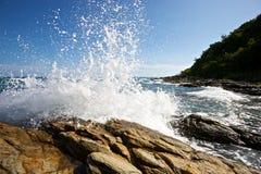 Les ondes se cassant sur une plage pierreuse Image libre de droits