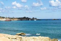Les ondes se cassant sur une plage pierreuse, formant un pulvérisateur Ondulez et éclaboussez sur la plage Ondes tombant en panne Photo libre de droits