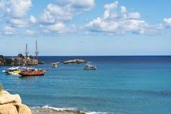 Les ondes se cassant sur une plage pierreuse, formant un pulvérisateur Ondulez et éclaboussez sur la plage Ondes tombant en panne Photo stock