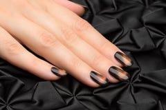 Les ongles de la belle femme avec la manucure élégante gentille photographie stock libre de droits