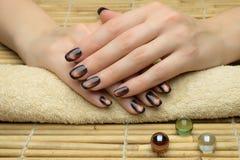 Les ongles de la belle femme avec la manucure élégante gentille photo libre de droits