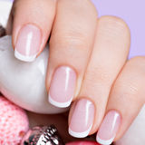 Les ongles de la femme avec la belle manucure blanche française photo libre de droits