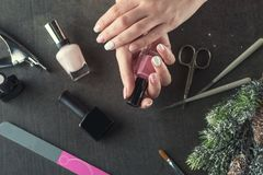 Les ongles de thème d'hiver conçoivent et manicure, des instruments pour la manucure avec des aiguilles image libre de droits