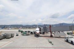 Les opérations de remise au sol d'aéroport et chargent des bagages sur le tarma Photographie stock