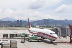 Les opérations de remise au sol d'aéroport et chargent des bagages sur le tarma Photo libre de droits