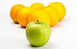 Les oranges et la pomme aiment des billes de billard Images libres de droits