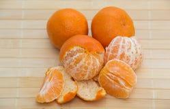 Les oranges ont isolé la coupe réglée sur la base en bois images stock