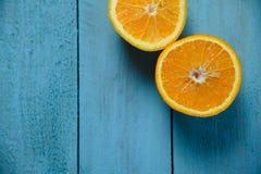 Les oranges organiques fraîches divise en deux des fruits sur le fond en bois avec l'espace de copie Image stock