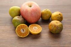 Les oranges organiques fraîches divise en deux des fruits sur le fond en bois avec la Co Photos libres de droits
