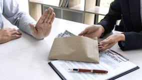 Les ordures d'homme d'affaires reçoivent l'argent de paiement illicite la forme de billets d'un dollar image stock