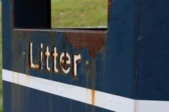 Les ordures rouillées se connectent la poubelle bleue photo stock